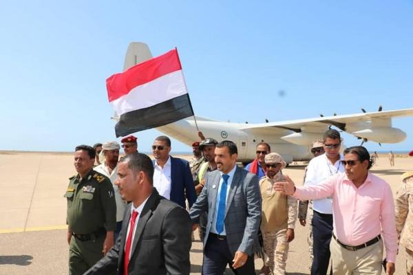 محافظ سقطرى يعود للجزيرة بعد رحلة علاجية واستقبال كبير من الأهالي