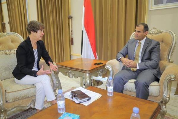 الحكومة اليمنية تؤكد تمسكها بالمرجعيات الثلاث لتحقيق الحل السلمي
