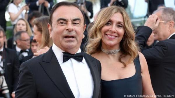 من هي المرأة التي إلى جانب رجل الأعمال المثير للجدل كارلوس غصن؟