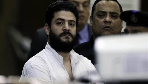 يواجه المخاطر التي واجهها والده.. مخاوف من تسميم نجل مرسي في السجن