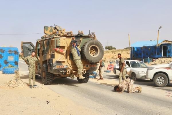حفتر يخسر قاعدة الجفرة.. قوات الوفاق تدخل سرت وتواصل التقدم شرقا