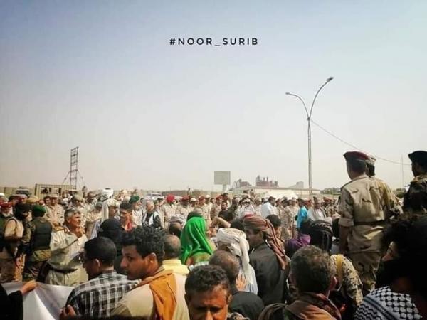 وقفة احتجاجية لأفراد الجيش في عدن للمطالبة بصرف الرواتب
