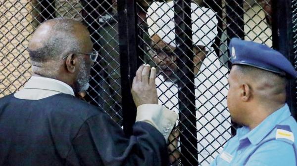 العقوبة تصل إلى الإعدام.. محاكمة البشير بتهمة الانقلاب على الحكومة المنتخبة في السودان