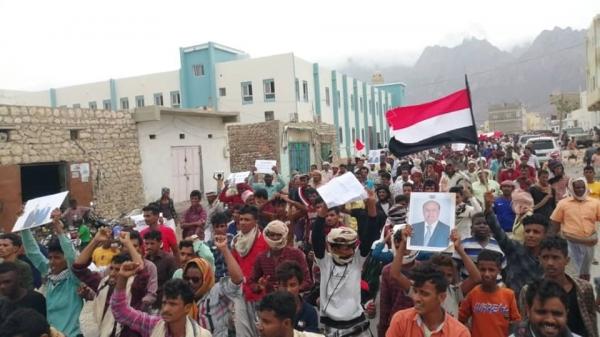 تظاهرات سقطرى تطالب بتسليم المعسكرات إلى الدولة وإنهاء تمرد الانتقالي