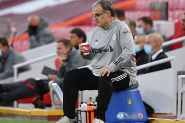 لماذا يجلس المدرب بيلسا على دلو خلال المباريات؟