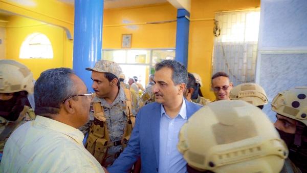 محافظ عدن يوقف مدير عام مكتب البريد ومواطنون يطالبون بحلول جذرية لقضايا أخرى