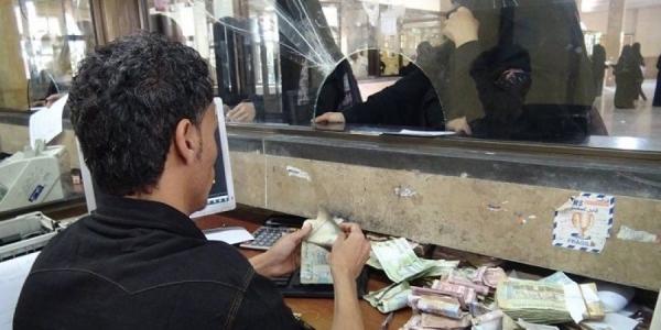 تراجع تحويلات اليمنيين.. تضاؤل مداخيل الأسر وتصاعد الأزمة المعيشية