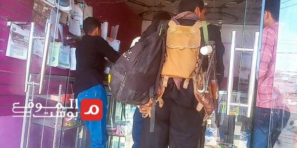 رفيق السلم والحرب.. السلاح يسابق الحقائب على أكتاف طلاب جامعة مأرب (تقرير)