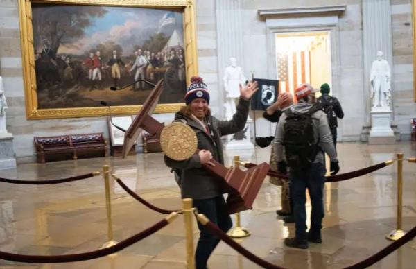 أحدهم استولى على منبر بيلوسي.. اعتقال عشرات المشاركين في اقتحام الكونغرس والتهم قد تشمل التمرد