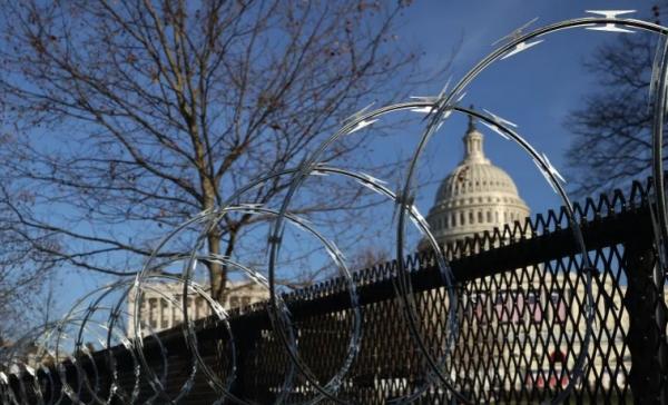 """طوارئ في العاصمة واشنطن و""""إف بي آي"""" يعتقل أكثر من 100 شخص على علاقة باقتحام الكونغرس"""