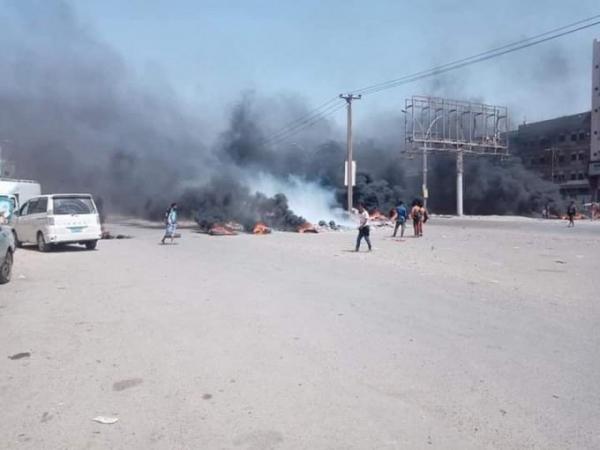 محتجون يقطعون شوارع رئيسية في عدن تنديدا بتردي الخدمات