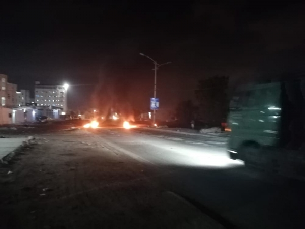 عدن.. محتجون يقطعون شوارع رئيسية تنديدا بتردي الخدمات