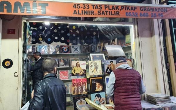 متاحف شعبية في أزقة إسطنبول.. بائعو الأسطوانات الموسيقية عالم فريد من الألحان