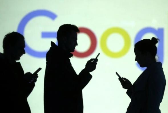 """""""انتبه لخطوتك"""".. ميزة تنبيه جديدة من غوغل تحذرك من استخدام الهاتف الذكي أثناء المشي"""