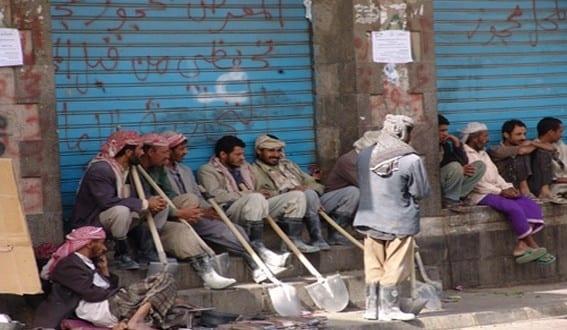 في عيدهم العالمي.. عُمال اليمن وضع بائس على رصيف البطالة المذل (تقرير)