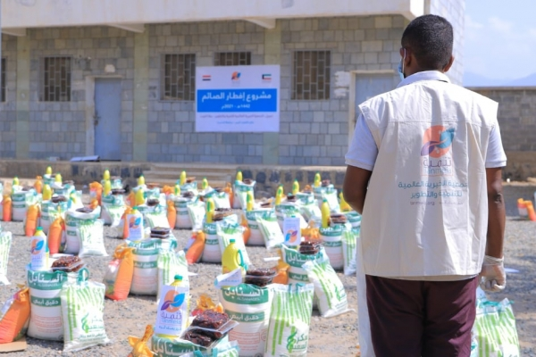 نحو 700 أسرة فقيرة ونازحة تستفيد من مساعدات غذائية قدمتها جمعيات كويتية