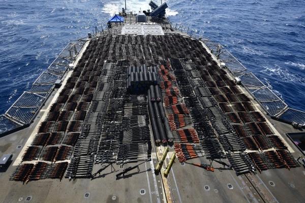 البحرية الأمريكية تضبط قاربا على متنه أسلحة في بحر العرب (صور)