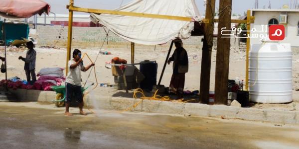 يغسل السيارات لإعالة أسرته.. الطفل عبد الله مهدد بإيقاف تعليمه في مأرب (تقرير)