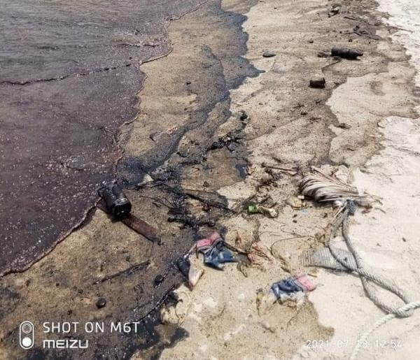 الحكومة توجه بسرعة مواجهة الانسكابات النفطية جراء غرق سفينة قبالة سواحل عدن