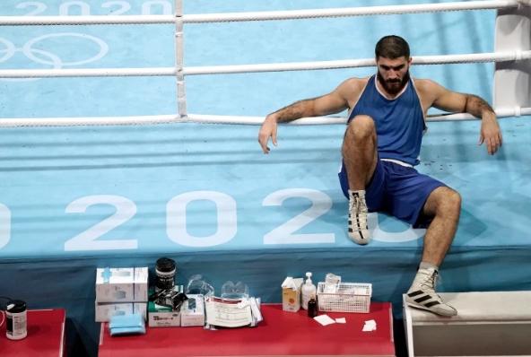 اعتصام فوق الحلبة.. احتجاج نادر لملاكم فرنسي في أولمبياد طوكيو