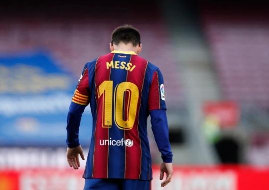 برشلونة يعلن رحيل ميسي عن النادي