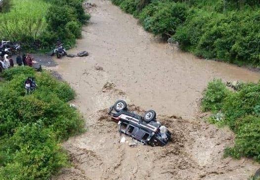 وفاة امرأة وطفلة ونجاة آخرين إثر جرف سيول الأمطار سيارة جنوبي إب (فيديو)