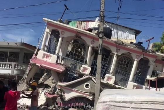 أكثر من 300 قتيل في زلزال بهاييتي