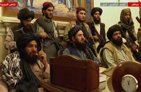 """طالبان تكثّف المشاورات لتشكيل الحكومة وفرنسا وبريطانيا تسعيان لإقامة """"منطقة آمنة"""" في كابل"""