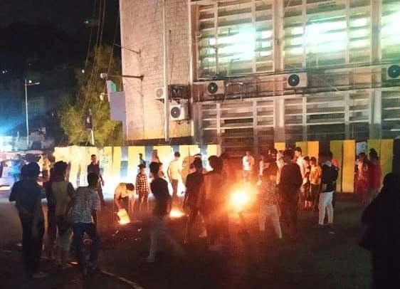 لليوم الثاني على التوالي.. احتجاجات غاضبة بعدن تنديدا بتردي الخدمات وتطالب بعودة الدولة