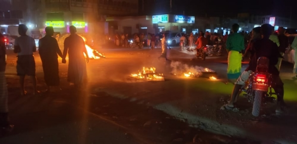 حضرموت.. محتجون يقطعون الشارع الرئيسي وسط تريمتنديدا بتردي الوضع المعيشي