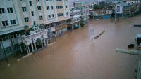"""اعصار """"تشابلا"""" يتجاوز حضرموت مخلفا انهار من المياه وسط المدينة (صور)"""
