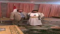 صورة للجندي والحوثي تثير سخرية الناشطين بمواقع التواصل الاجتماعي