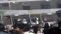 طلاب مدرسة في عمران يقذفون قيادات حوثية بالاحذية والحجارة (فيديو)