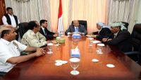 هادي يلتقي قيادة السلطة المحلية والعسكرية بشبوة لوضع حد للتهريب بالمحافظة