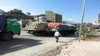 وزير الإدارة المحلية : أكثر من مائة شاحنة إغاثية محتجزة لدى الحوثيون في مداخل تعز