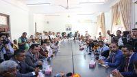لقاء موسع للسلطة المحلية بوفد الحكومة في مارب لمناقشة احتياجات المحافظة بعد الحرب
