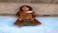 طفلة تفترش الرصيف في اليمن تثير غضب واستياء اليمنيين (صورة)