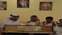 الشيخ حمود المخلافي يزور منزل العقيد السهيان قائد القوات السعودية الذي استشهد بباب المندب (صور)