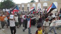 ناشطون في الحراك يدعون لتظاهرة ضد الحكومة الشرعية في عدن ومتابعون يؤكدون أنها تخدم الانقلابيين