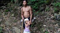 طفلة في عمر الخامسة ترشد والدها الأعمى لعمله يوميا (فيديو)