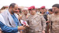 رئيس الأركان يزور عائلات ضحايا قصف الميليشيا لأطفال مأرب عشية العيد
