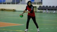 """نسيم.. لاعبة يمنية أبعدت بـ""""يدها"""" ظروف بلادها وتربعت على عرش الرياضة"""