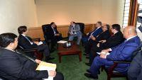 تقاطر المساعدات الدولية على الحكومة الشرعية بعد صدور قرار نقل البنك المركزي إلى عدن