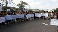 وقفة احتجاجية لأهالي المعتقلين لدى الحزام الأمني بأبين للمطالبة بالإفراج عن أبنائهم (صور+ فيديو)
