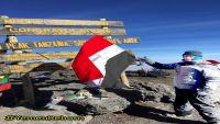 في مغامرة نوعية.. شاب يمني يتسلق أعلى قمة في أفريقيا ويرفع علم اليمن
