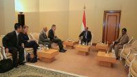 السفير الأمريكي : لن نسمح بتهديد ممرات الملاحة الدولية واعتداء الحوثيين يكشف مدى استهتارهم بأمن المنطقة