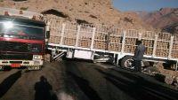 شاحنة محملة بالإسمنت تتسبب في إغلاق خط سئيون المكلا بحضرموت (صور)