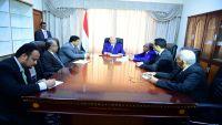 الرئيس هادي يدشن حضوره في عدن بعدد من التحركات في الجانب الاقتصادي