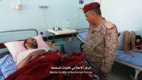 القميري يزور جرحى الجيش والمقاومة في مستشفى مأرب