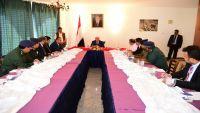 الرئيس هادي يناقش العديد من الجوانب التنموية لدى ترؤسه اجتماعا بقيادات إقليم حضرموت